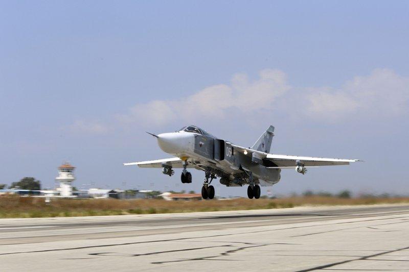 在敘利亞空軍基地機場準備起飛的俄羅斯蘇愷24戰機。(美聯社)