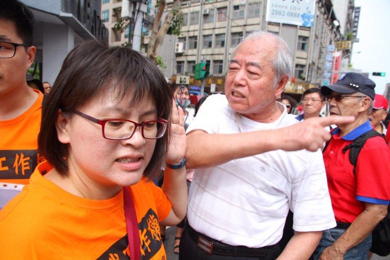 2015年10月7日,國道收費員前往國民黨部要求無論洪或者朱參選總統,仍需顧及勞工權益,被現場國民黨支持者嗆聲。(曾原信攝)