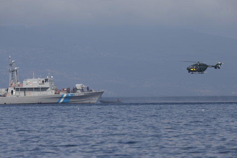 希臘海岸警衛隊攔截一艘可疑的膠筏(美聯社)