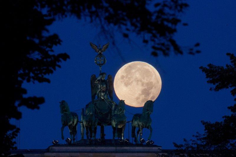 德國柏林的月亮。(美聯社)