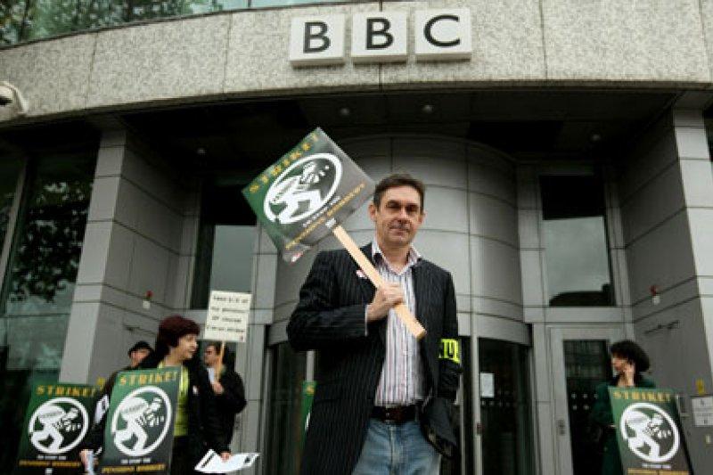 英國廣播電臺(BBC)員工罷工抗議裁員,Paul Mason(中)曾任英國廣播電臺Newsnight編輯,目前已離職加入第四台。(取自www.tamilnetonline.com)