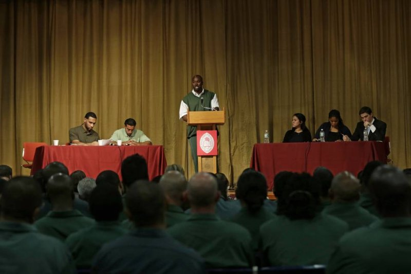 美國哈佛大學辯論比賽,重刑犯踢館成功。(取自推特)