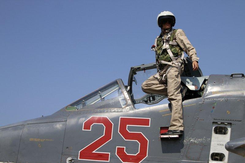 美俄8日傳出再度為了打擊伊斯蘭國隔空交火,圖為俄羅斯蘇愷25戰機飛行員。(美聯社)