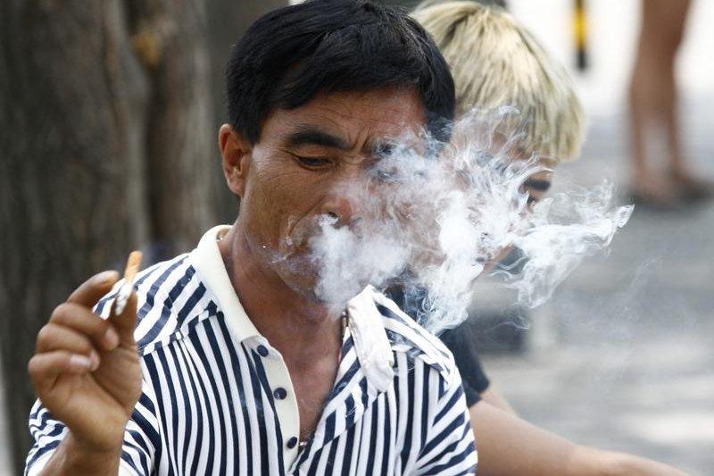 中國抽菸人口多為40到79歲的男性,屬於社會主要勞動力。(取自Twitter)(吸菸有害健康)