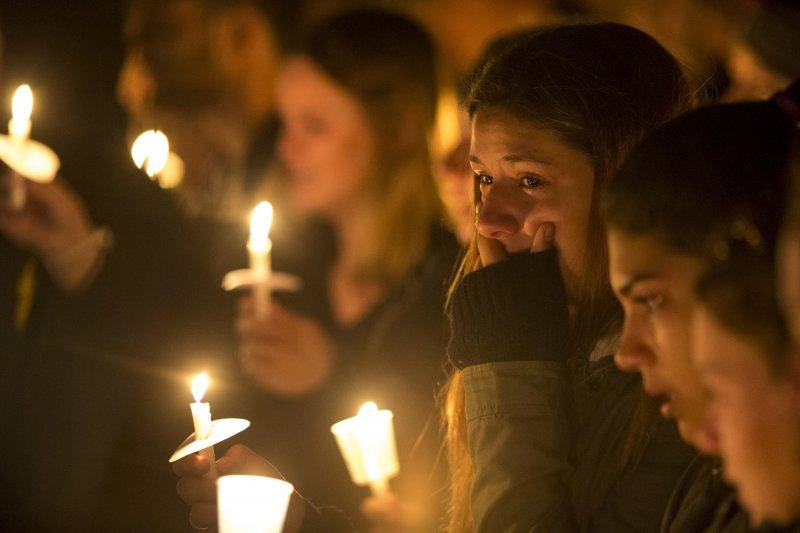 北亞利桑那大學的學生9日點起蠟燭悼念死者。(美聯社)
