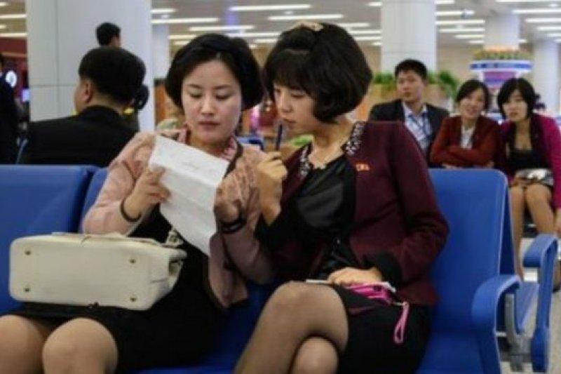 平壤新國際機場有不少穿著時尚的年輕人。(BBC中文網)