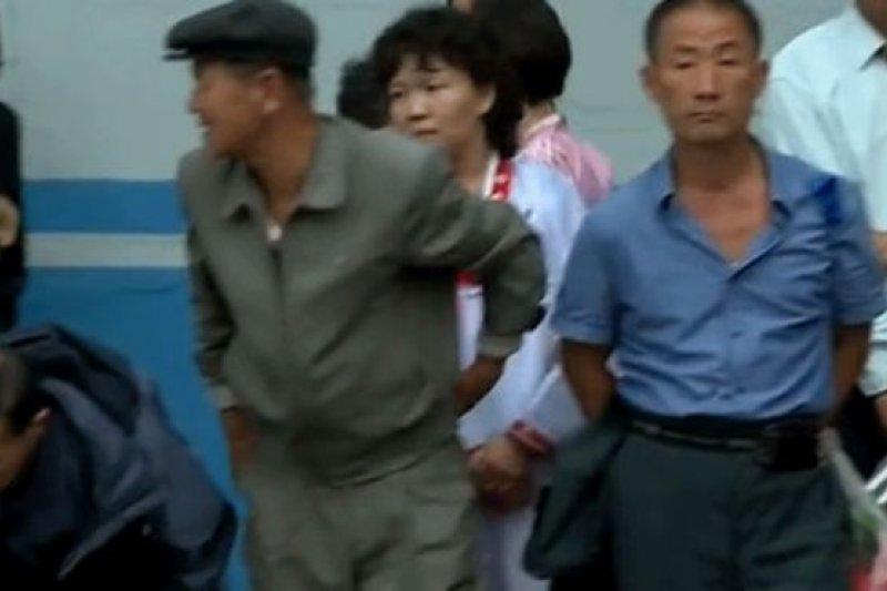 平壤街頭等候公共汽車的人群。(BBC中文網)