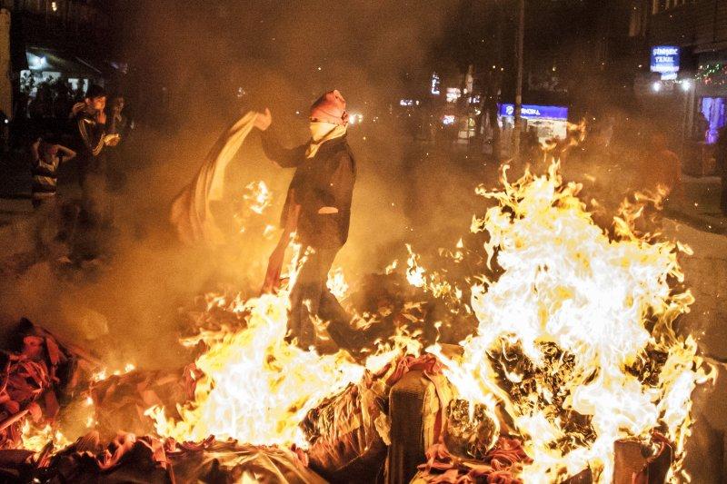 土耳其街頭出現抗議場面,民眾燃燒物品,火光沖天。(美聯社)