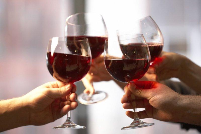 行政院長毛治國15日表態,傾向開放網路販售酒類商品,將修法提供相關配套。警語:飲酒過量 有害健康。(取自網路)