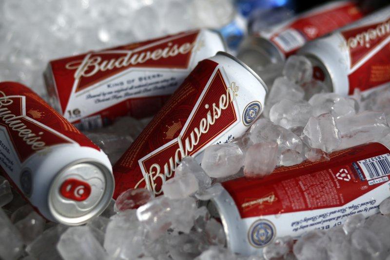 安海斯─布希英博集團的旗艦品牌「百威啤酒」。飲酒過量有礙健康。(美聯社)