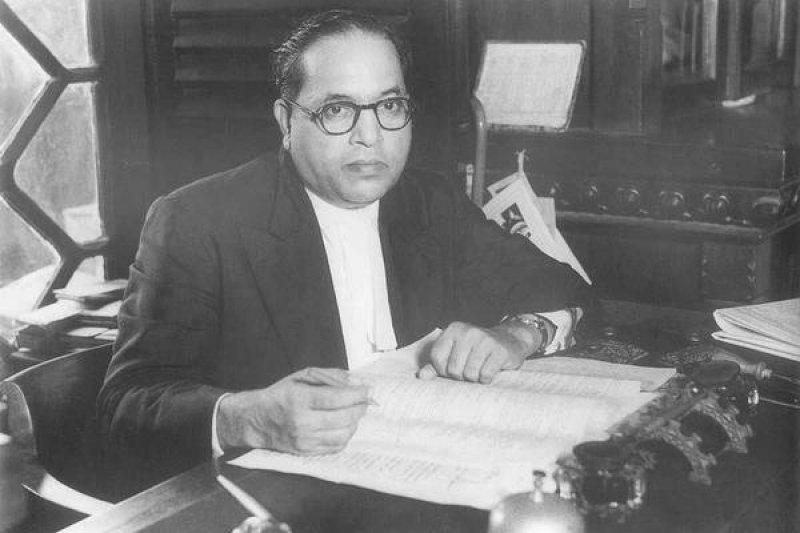 出身於賤民階級的印度憲法之父安貝卡。(取自推特)