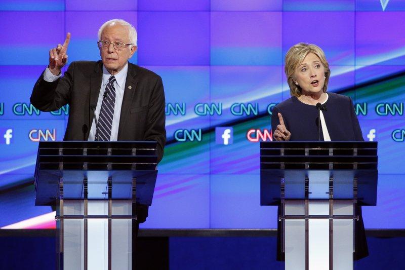 希拉蕊與桑德斯13日在拉斯維加斯首次辯論。(美聯社)