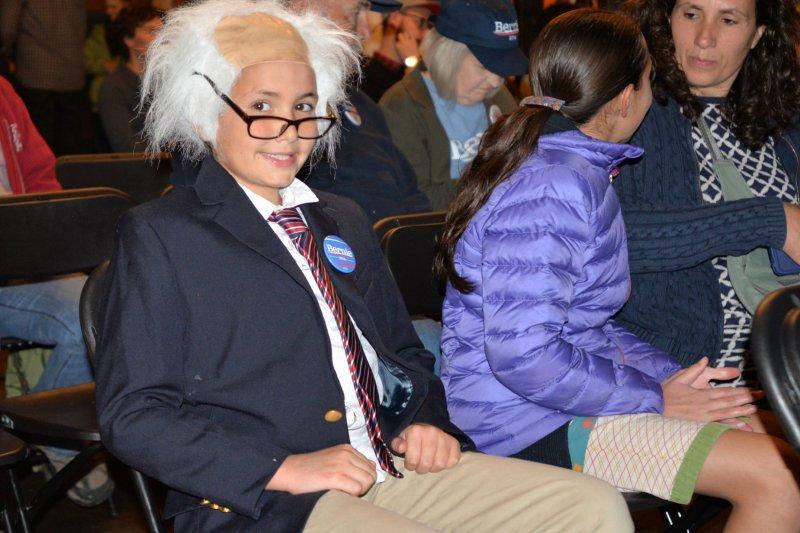 年僅9歲的歐尼爾鄧恩(O'Neil-Dunne)14日在佛蒙特州的伯靈頓(Burlington)觀看民主黨辯論直播,他還特定cosplay成桑德斯的模樣。(美聯社)