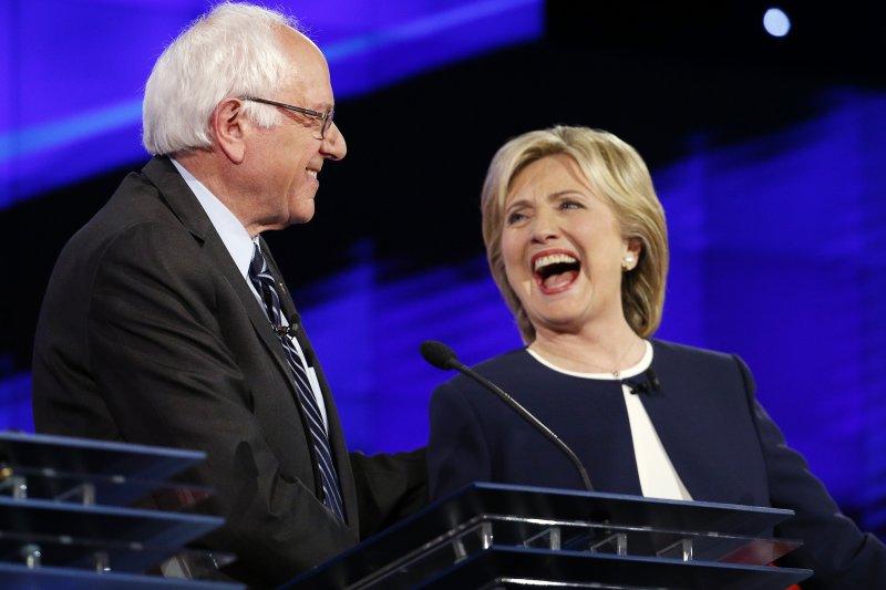 美國民主黨總統候選人賭城辯論,希拉蕊與桑德斯。(美聯社)