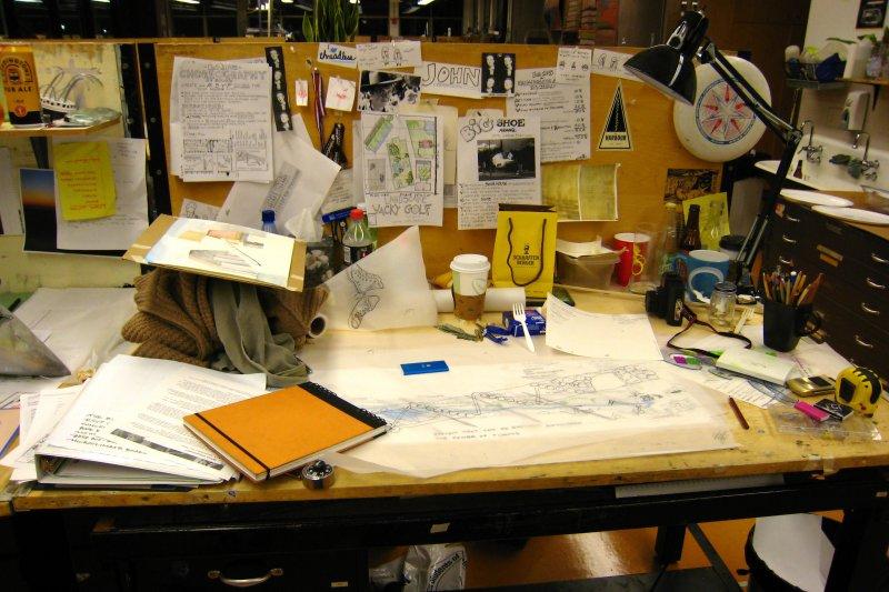 你的辦公桌亂不亂?小心太亂會影響工作效率!(圖/John Lambert Pearson@flickr)