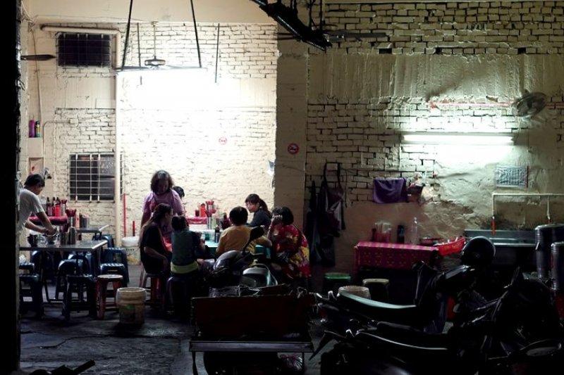 鴨母寮菜市場有非吃不可的炭燒陽春麵 。(王浩一/有鹿文化提供)