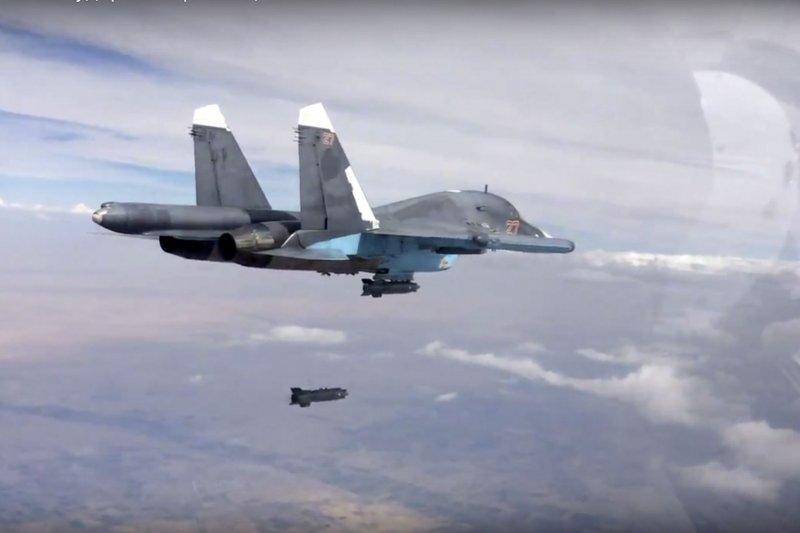 美俄軍方商議敘利亞領空接觸協議,避免戰機發生飛安意外,圖為在敘利亞上空執行轟炸任務的俄羅斯蘇愷34戰鬥機(Su-34 )。(美聯社)