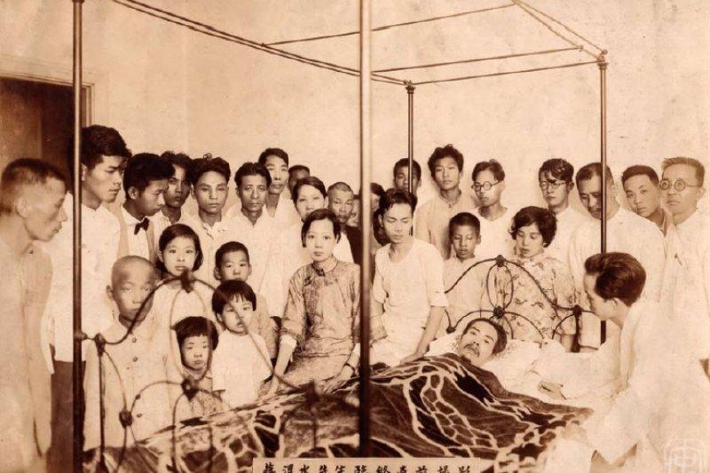 蔣渭水臨終前於臺北醫院攝影。(取自蔣渭水文化基金會)