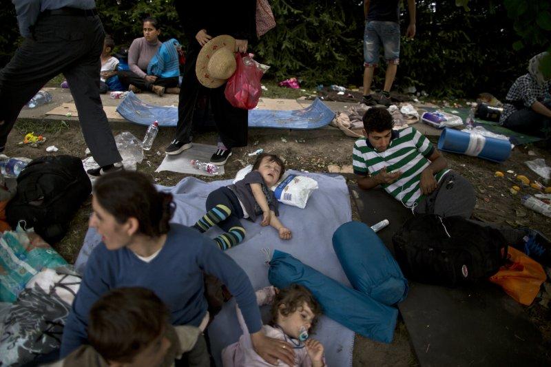 等待巴士的歐洲難民(美聯社)