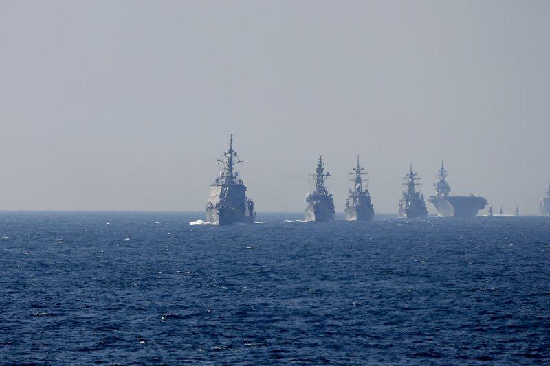 日本海上自衛隊2015觀艦式。(美聯社)為首的是愛宕級護衛艦愛宕號