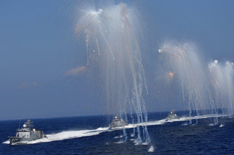 日本海上自衛隊2015觀艦式。(美聯社)圖為隼級飛彈快艇,由左至右為白鷹、熊鷹、大鷹號