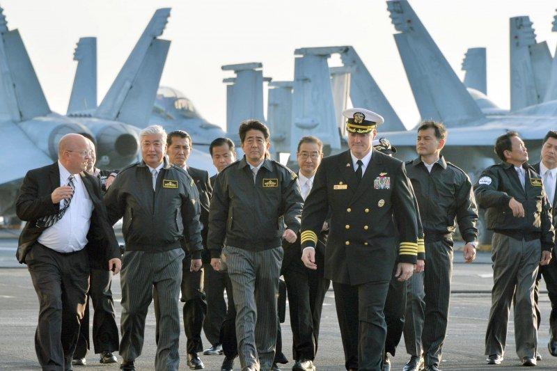 日本海上自衛隊2015觀艦式。(美聯社)安倍晉三