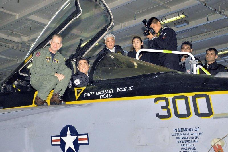 日本海上自衛隊2015觀艦式。(美聯社)安倍晉三正在試乘美軍的F/A-18