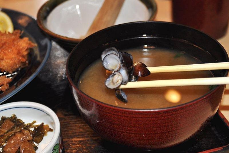 湯裡面小小蛤蜊(Shijimi)是不吃的,千萬別特地挖牠的肉(圖/commons.wikimedia)