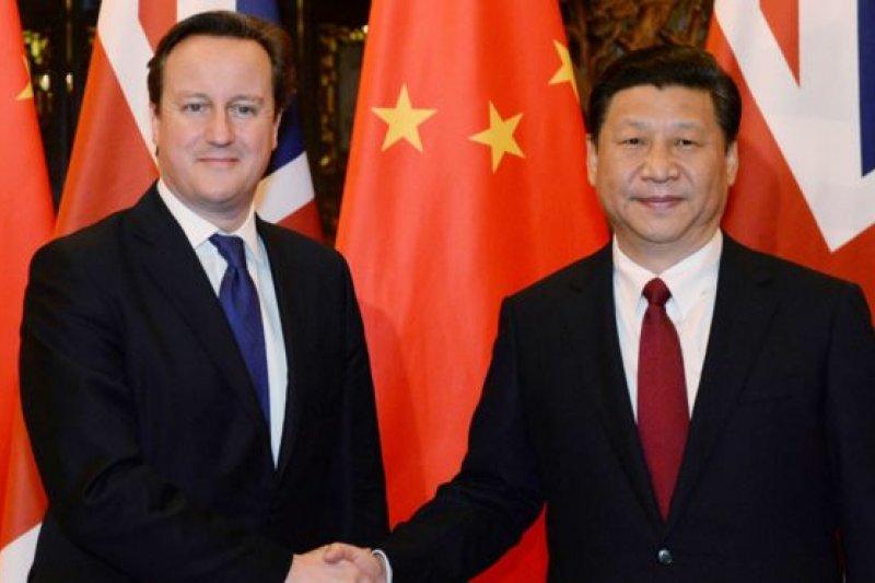 中國國家主席習近平(右)19日啟程訪英,是10年來中國領導人再度訪問英國。(BBC中文網)