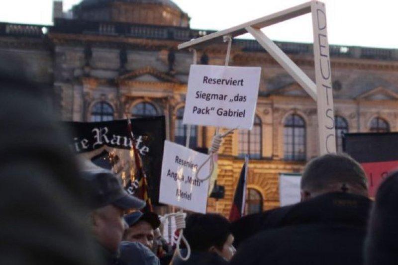 德勒斯登的Pegida集會示威:為總理梅克爾「預留」了絞刑架。(BBC中文網)