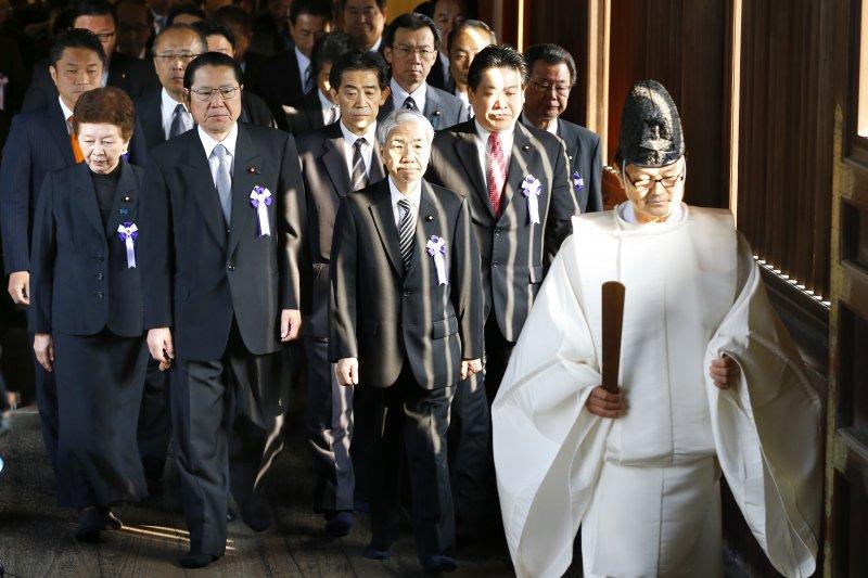 日本國會議員集體參拜靖國神社(美聯社)