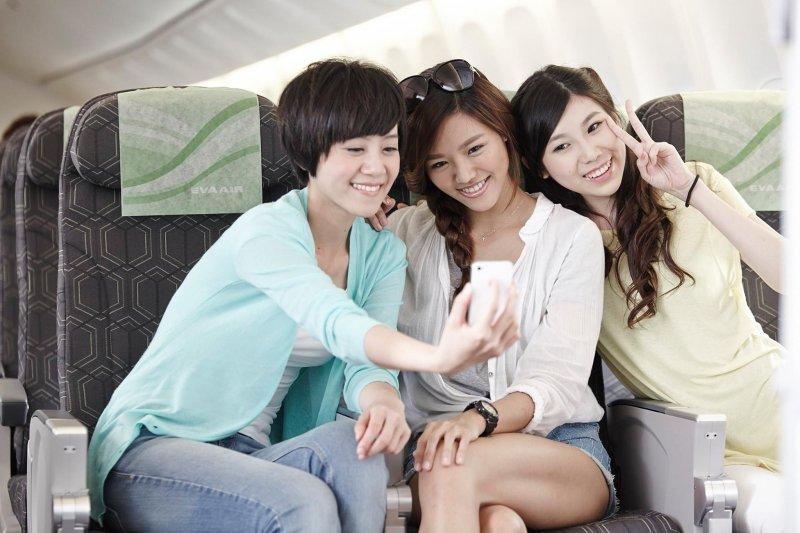 飛機上愛自拍,會惹來其他乘客白眼嗎?(圖/EVA Airways Corp. 長榮航空臉書)