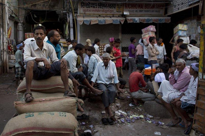 印度工人於新德里香料市場歇息
