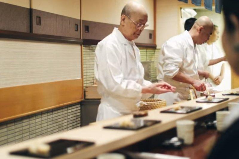 即使壽司有定價,但要給哪個客人魚的上等部位,全權操之在廚師的手中(圖截取自電影壽司之神YouTube)