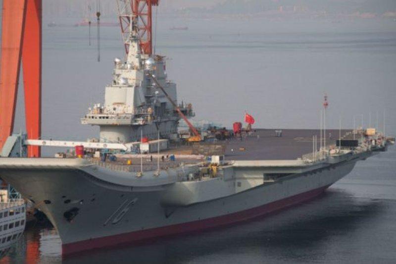 中國第一艘航母「遼寧號」是滑躍式甲板。(BBC中文網資料照)