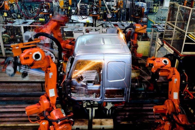 台經院說明年中國經濟放緩、美國啟動升息循環等因素下,可說是「惡魔四伏」。圖為中國重汽集團濟南卡車公司。(新華社)
