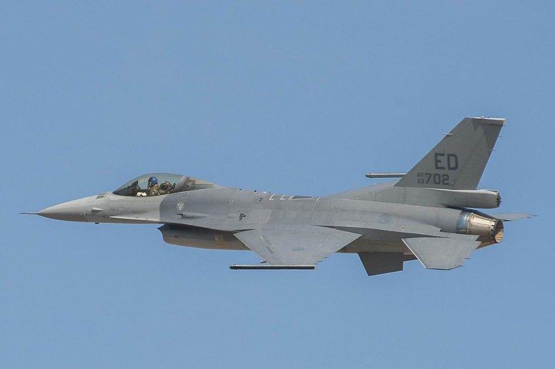 作者認為,夠買新機雖然昂貴,但保護領空的價值是無價的,圖為全球第1架的F16V型戰機。(圖/資料照)