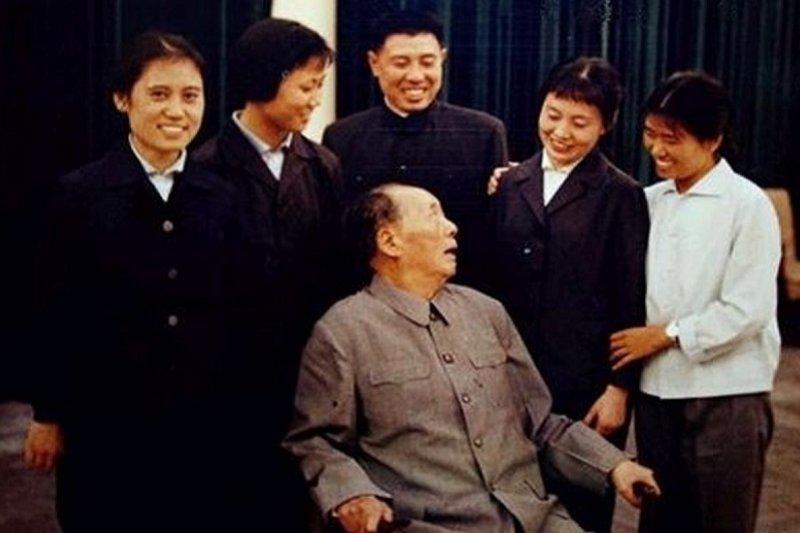 毛澤東和工作人員合照,不忘回首看著張玉鳳。