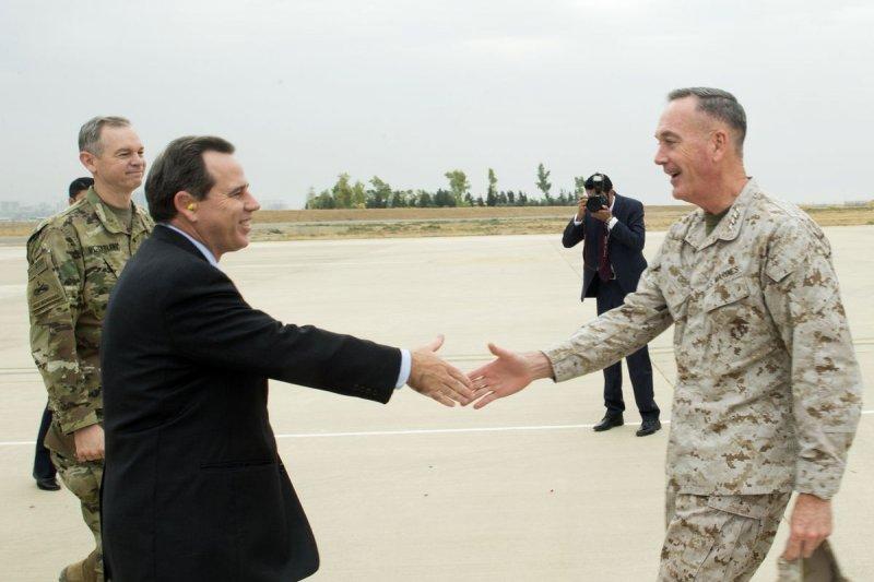 美軍新任參謀首長聯席會議主席鄧福德(Joseph Dunford Jr.)上將日前走訪伊拉克,視察當地美軍。(美聯社)