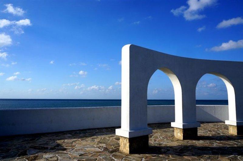 白色拱門矗立在海岸,讓人有種置身希臘的錯覺。(圖/Sheila Hsu)