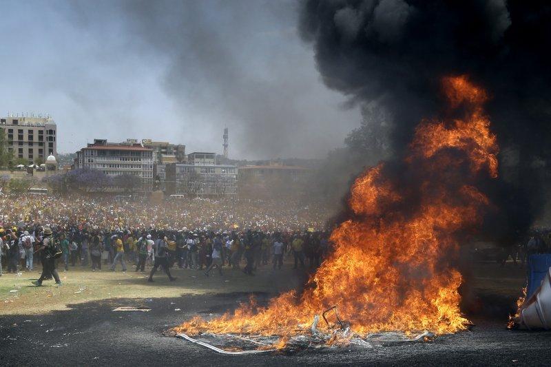 南非大學生抗議高學費政策。(美聯社)