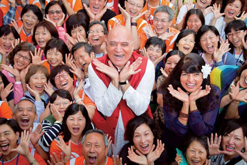 卡塔利亞(中)在台灣的練習活動課程中,加入獅吼動作和追逐遊戲元素,強調「笑不需要理由」。(攝影者.曾千倚)
