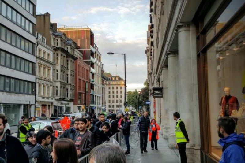 倫敦民眾購買iPhone6s的隊伍。
