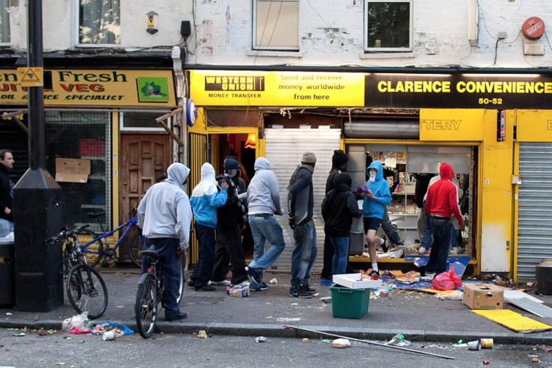 2011英倫暴動時排隊進入便利商店搶劫的暴民。