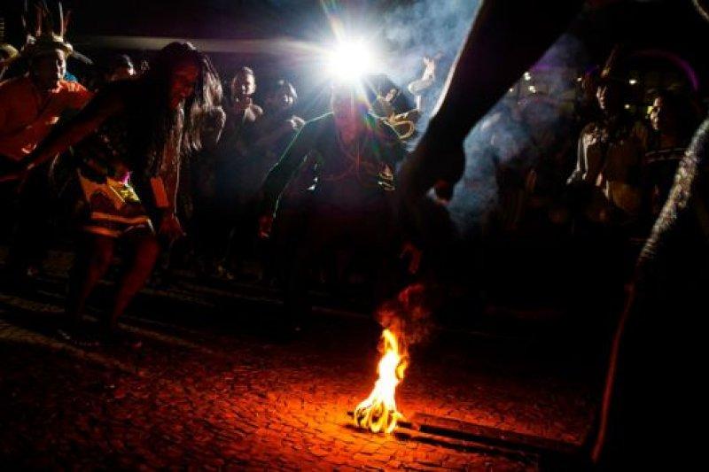 星期四,出席本屆運動會的原住民在帕爾馬斯的中央廣場舉行了傳統的點火儀式。(BBC中文網)