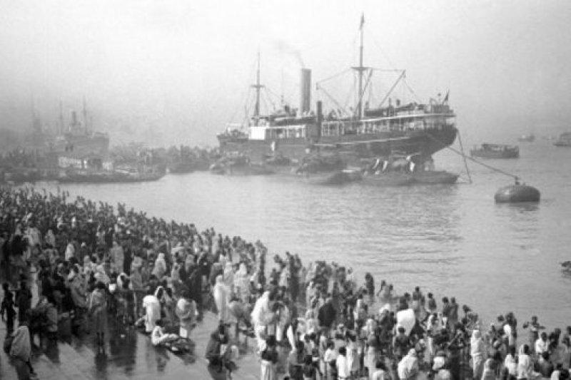 資料照片:19世紀中葉,滿載來自英國商品的輪船抵達英屬殖民地印度。(BBC中文網)