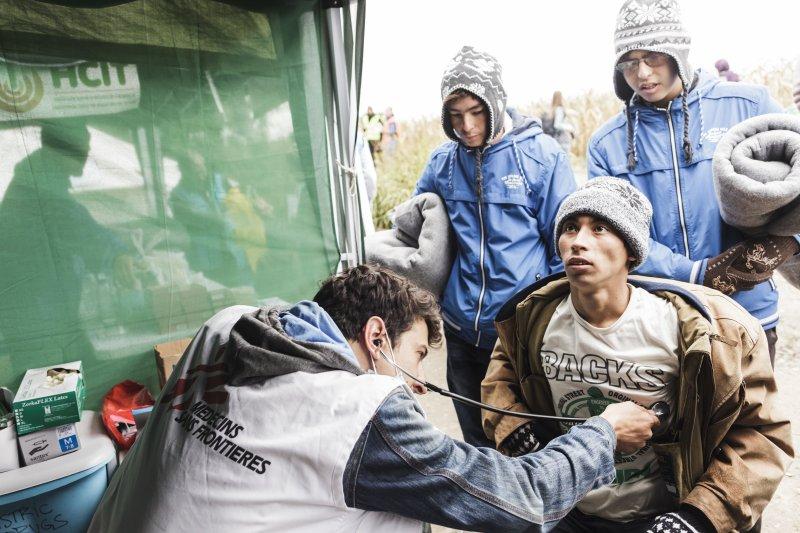 無國界醫生表示,遍佈於巴爾幹多國數以千計的難民與移民,因為滯留於邊境與登記站而陷入困境,令他們的健康面臨重大威脅。(MSF,Achilleas Zavallis)