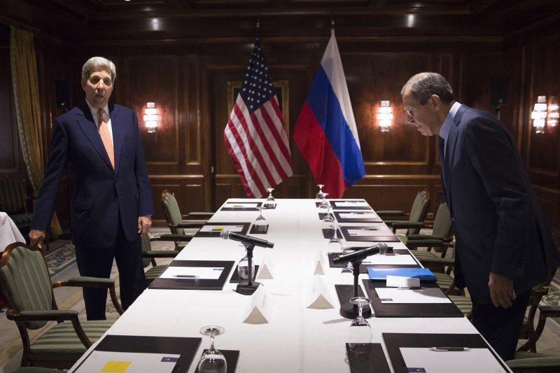 美國國務卿凱瑞(左)23日與俄羅斯外長拉夫羅夫(右)會商敘利亞局勢。(美聯社)