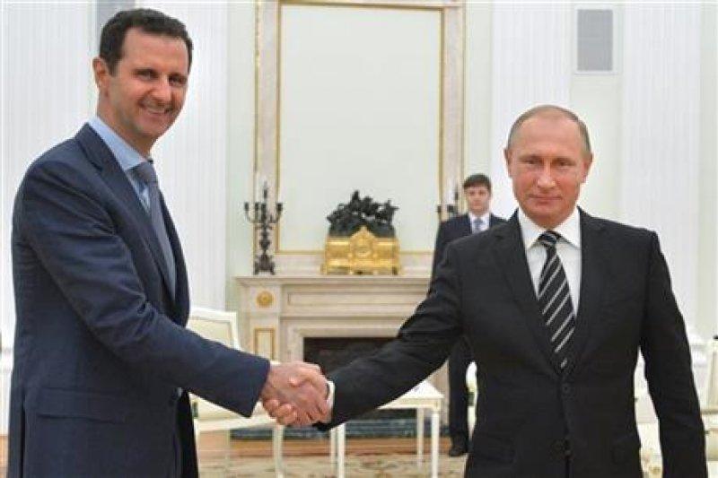 阿塞德(左)宣稱願意舉行總統選舉,但前提是根除境內的恐怖份子。(美聯社)