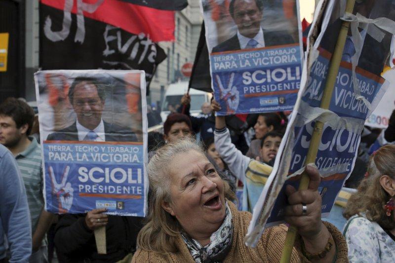 支持肖利的阿根廷群眾。(美聯社)